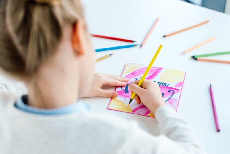 Savet psihologa: Dok traje korona ne izlažite decu direktnim izvorima informisanja!